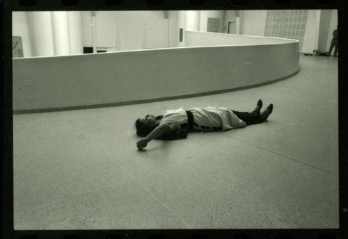 ORLAN, MesuRAGE, performance au Musée Guggenheim, New-York, photographie, 1983.